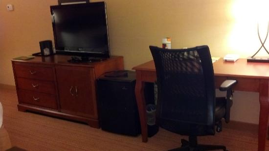 Courtyard by Marriott Lebanon: Nice size tv and desk with chair