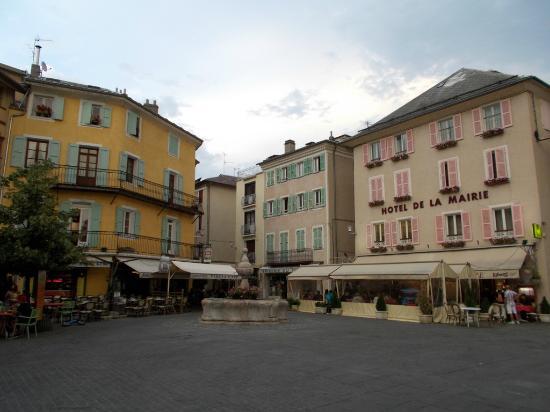 Hôtel De La Mairie : L'hotel visto dalla piazzetta