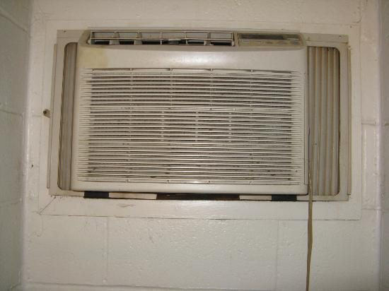 Coach N Four Motel: Bedroom dirty air-conditioning unit.