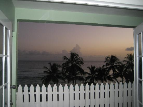 Coconut Court Beach Hotel: Sunset view from room
