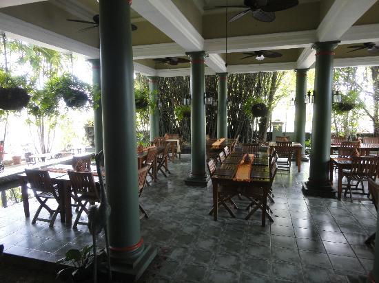Tamnak Thai Restaurant: Sitzgelegenheit Im Garten