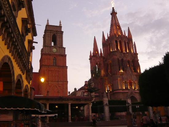Casa Quetzal Hotel: This is the main cathedral near the hotel