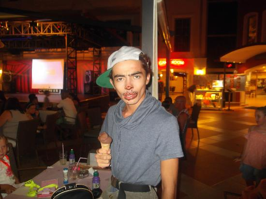 Club Aida: Chuck funny man