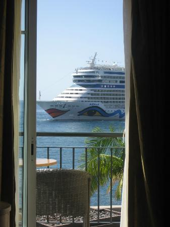 Porto Santa Maria Hotel: Close up views of cruise liners - taken from my bed!