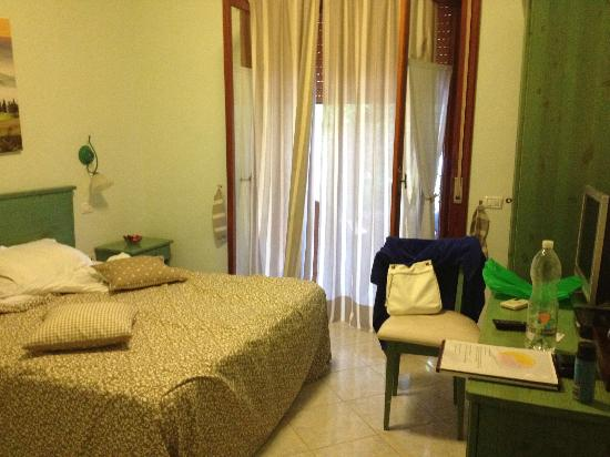 Green House Sorrento: camera spaziosa e accogliente(non guardate il disordine creato da noi )