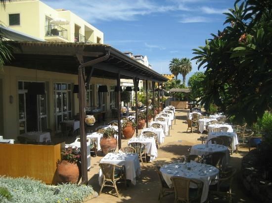 Porto Santa Maria Hotel: Dining area outside - seats are at a premium for breakfast!
