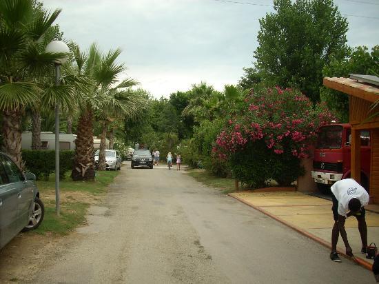Camping Les Galets: uliczka wewnątrz