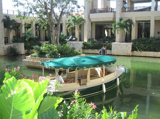 Banyan Tree Mayakoba: A boat ride from the beach to the lobby