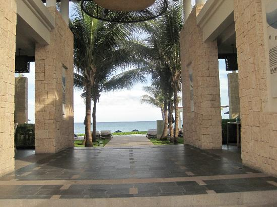 Banyan Tree Mayakoba: View of the ocean as you enter the beach through the Sands restaurant