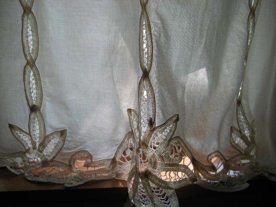 Lake Lucerne Resort : pretty lace curtains in gingerwood