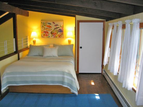 The cherry suite balcony loft bedroom, charming and full of sunshine, Cottage Guest, Eastham
