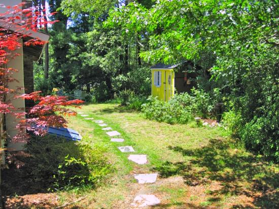 Set on over an acre of woods and gardens, neighboring conservation land, Cottage Guest