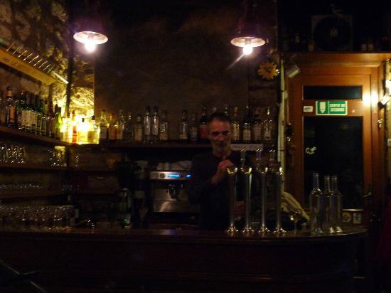Le Dindon en Laisse : The proud owner behind the bar