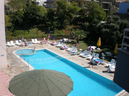 Happy Apart Hotel: havuz ve bahçe