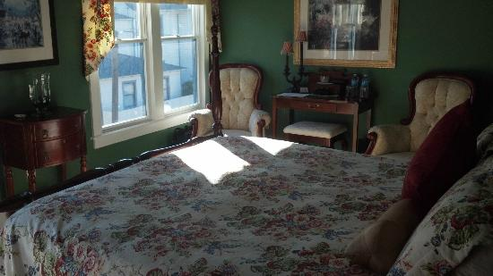 Centennial House Bed and Breakfast: carriage view room