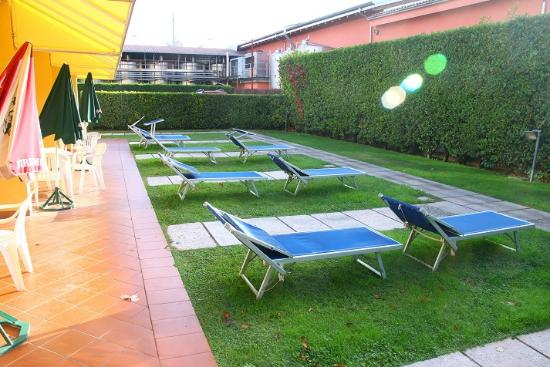 Beatrix Apartments: Giardino davanti all'appartamento