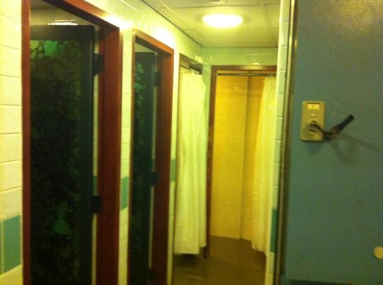 Best Western Plus Cedar Court Hotel: filthy changing rooms