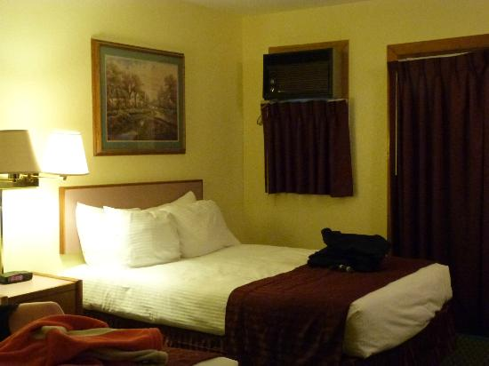 INNS of California-Sonora: Bedroom - Odd Air Conditioning Unit