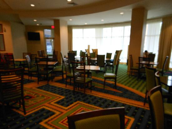 SpringHill Suites Orlando Airport: breakfast area in lobby