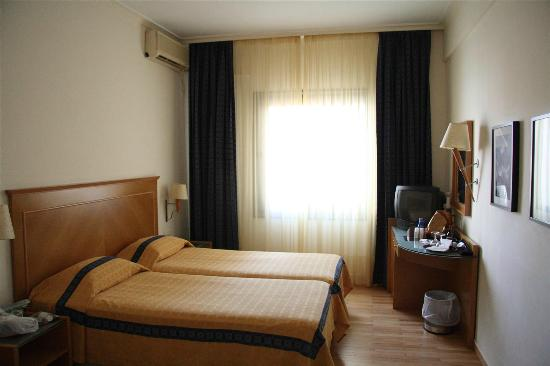 Plaka Hotel: Double Room (two single beds put together)
