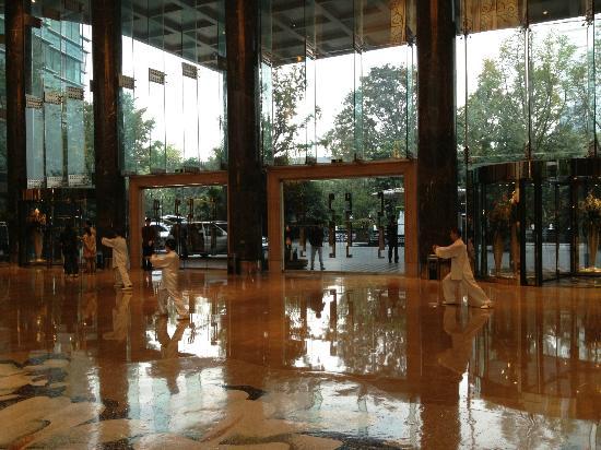 InterContinental Century City Hotel Chengdu: Tai Chi in Lobby