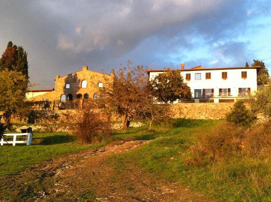 Montelucci Country Resort & Agriturismo di Charme: il corpo centrale sulla collina che dà sul tramonto