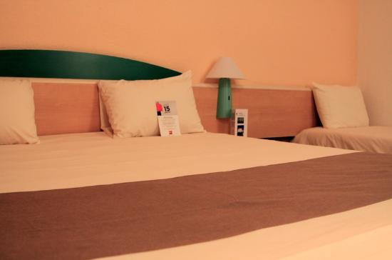 Ibis Beziers Est Mediterranee : Room - bed