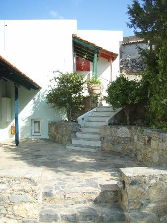 Adrakos Apartments: The steps leading up to our appartment