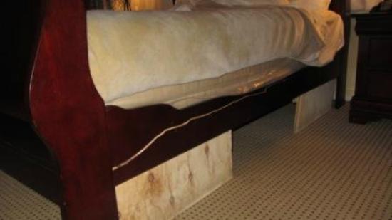 Carmel Wayfarer Inn: Bed falling apart