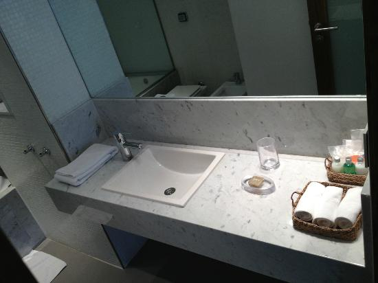Serena Hotel: Bathroom