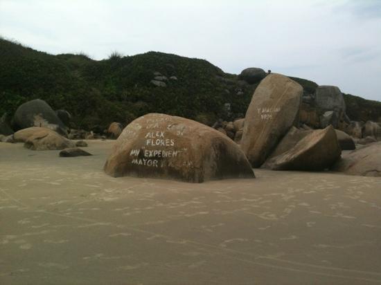 Praia Hotel Imbituba: rochas fazem parte da natureza de Imbituba