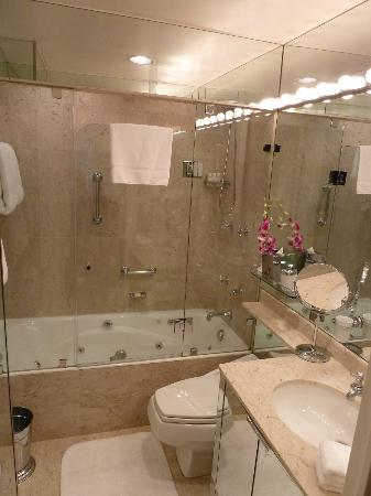 The Carlyle, A Rosewood Hotel: Bathroom