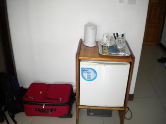 Augerine Guest House : A very welcome tea kettle and refrigerator in our standard room.