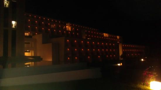 Secrets Huatulco Resort & Spa : hotel at night