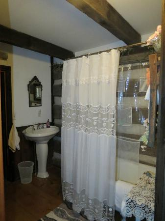 Country Road Bed and Breakfast: Log House bathroom