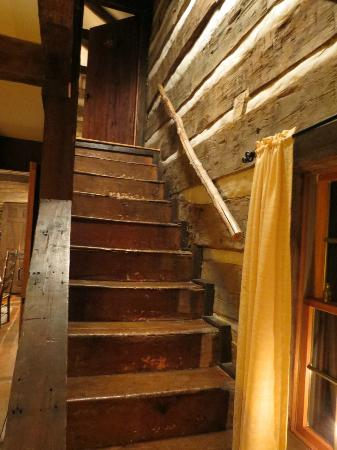 Country Road Bed and Breakfast: Stairs in Log House