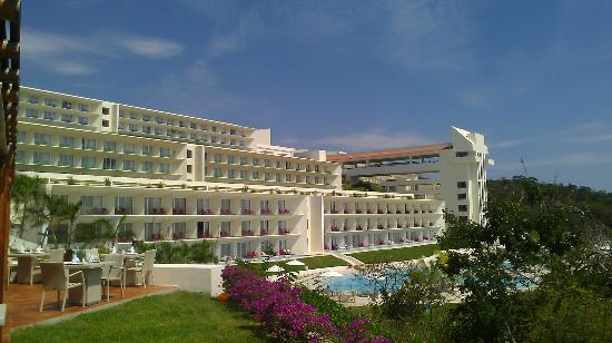Secrets Huatulco Resort & Spa : hotel during the day