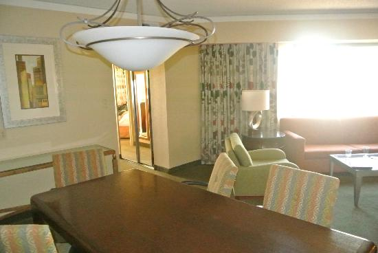 Embassy Suites by Hilton Secaucus - Meadowlands: part of dining area