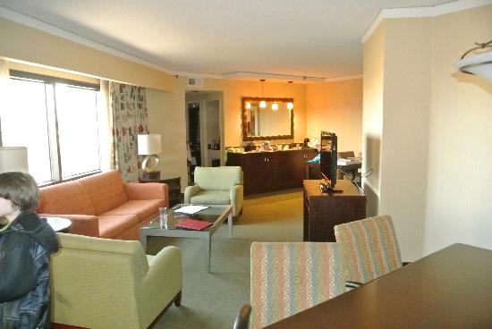 Embassy Suites by Hilton Secaucus - Meadowlands: from dning area into living room/wet bar