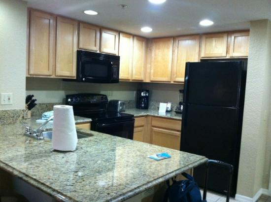 Wyndham Palm-Aire: Well appointed kitchen, stone counters