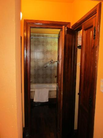 Sissi Haz Hotel Boutique: Pasillo, con placard y baño