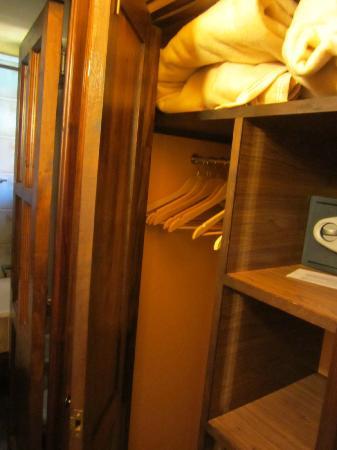 Sissi Haz Hotel Boutique: Placard, frazadas extra y caja fuerte