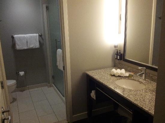 HYATT house Charlotte Center City : Nice bathroom area