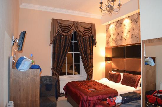 Culane House Hotel: Tenía una cama single que usamos de apoyo para los bolsos.