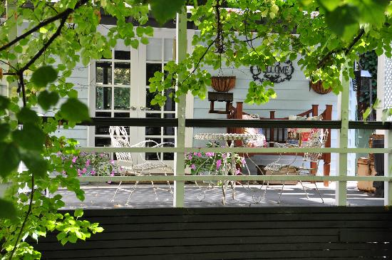 Aldgate Valley Bed and Breakfast: Enjoy breakfast on your own private deck overlooking the creek