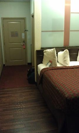 Red Roof Inn Locust Grove: Bed and path to door