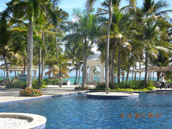 Barcelo Bavaro Palace: View from the main pool area to the beach