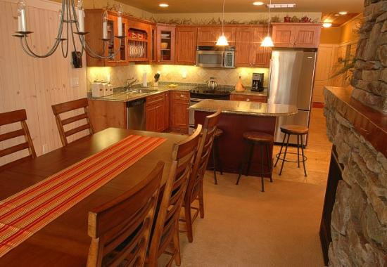 Larsmont Cottages on Lake Superior: Kitchen & Dining Room