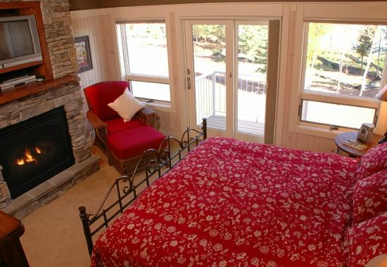 Larsmont Cottages on Lake Superior: Upstairs Lakeside Bedroom