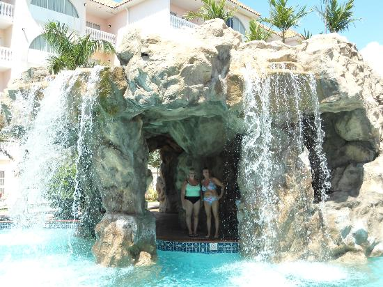 Tropicana Aruba Resort & Casino: Pool waterfall where they do massages